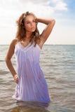 Donna attraente in oceano Fotografie Stock Libere da Diritti