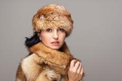 Donna attraente in pelliccia Fotografia Stock