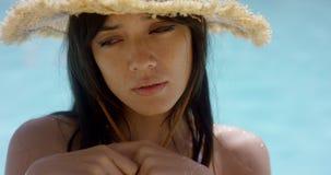 Donna attraente premurosa in un cappellino da sole della paglia archivi video