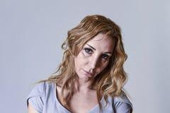 Donna attraente sui suoi anni trenta tristi e depressi esaminando la macchina fotografica nel dispiacere Immagine Stock