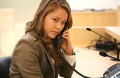 Donna attraente sul telefono Fotografia Stock