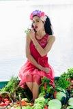 Donna attraente sulla barca con le verdure Fotografie Stock