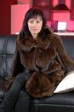 Donna attraente in un cappotto di visone Fotografie Stock Libere da Diritti