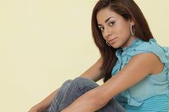 Donna attraente in una posa di seduta Immagini Stock