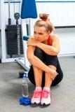 Donna in attrezzatura di forma fisica di allenamento della palestra Acqua di bottiglia della bevanda della ragazza Fotografie Stock