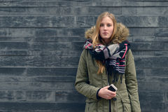 Donna in attrezzatura di inverno in Front Old Gray Wall Fotografie Stock