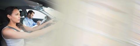 Donna in automobile che fa le lezioni di azionamento con la transizione Immagini Stock Libere da Diritti