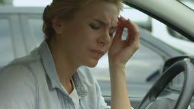 Donna in automobile che si preoccupa per i problemi personali, divorzio, lavoro stressante, primo piano archivi video