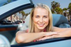 Donna in automobile convertibile sopra la spiaggia di Venezia fotografie stock