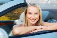 Donna in automobile convertibile sulla costa di Big Sur immagini stock