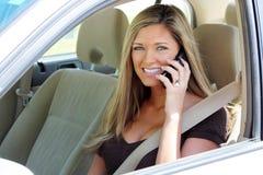 Donna in automobile sul telefono fotografia stock libera da diritti