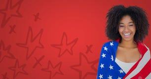 Donna avvolta in bandiera americana contro fondo rosso con il motivo a stelle disegnato a mano Fotografia Stock