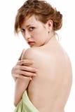 Donna avvolta in un asciugamano dopo il bagno Immagine Stock