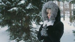 Donna avvolta in un collare 1 della pelliccia stock footage