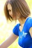 Donna in azzurro con frangia lunga Fotografie Stock Libere da Diritti