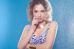 Donna bagnata in bikini Immagini Stock