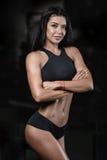 Donna bagnata di forma fisica castana sexy dopo l'allenamento nella palestra Immagini Stock