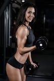 Donna bagnata di forma fisica castana sexy dopo l'allenamento nella palestra Immagini Stock Libere da Diritti
