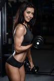 Donna bagnata di forma fisica castana sexy dopo l'allenamento nella palestra Fotografia Stock