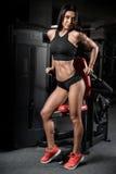 Donna bagnata di forma fisica castana sexy dopo l'allenamento nella palestra Immagine Stock Libera da Diritti