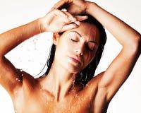 Donna bagnata di rilassamento in doccia sotto l'acqua Fotografia Stock