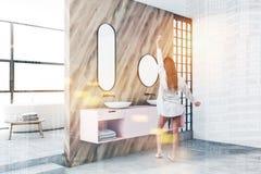 Donna in bagno di lusso con il doppio lavandino rosa immagine stock libera da diritti