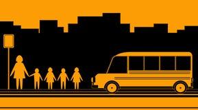Donna, bambini e scuolabus Immagine Stock Libera da Diritti