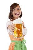 Donna bavarese che tiene lo stein della birra più oktoberfest Immagini Stock Libere da Diritti