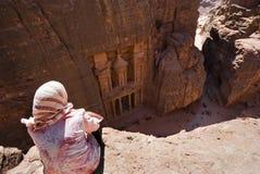 Donna beduina che guarda dal Ministero del Tesoro del tempiale dell'animale domestico Immagine Stock Libera da Diritti