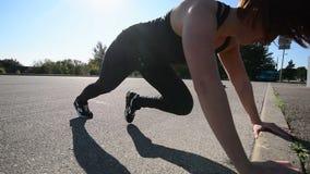 Donna bella adatta che fa gli esercizi all'aperto nel giorno soleggiato video d archivio