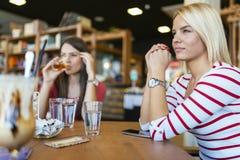 Donna bella che riposa in caffè Fotografie Stock