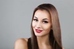 Donna bella con capelli marroni lungamente diritti Fotografie Stock