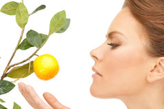 Donna bella con il ramoscello del limone immagini stock libere da diritti