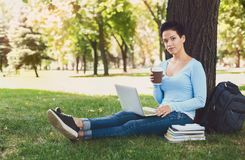 Donna bella dai capelli corti con il computer portatile all'aperto Fotografie Stock Libere da Diritti