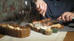 Donna bella dell'uomo che mangia e che beve nel tempo del ristorante, del pranzo o di cena fotografia stock libera da diritti