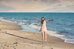 Donna bella esile giovane sulla spiaggia, allegro, ballare, saltante, vacanze estive, divertendosi, umore positivo fotografie stock libere da diritti