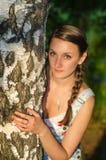 Donna bella in parco Immagini Stock