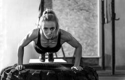 Donna ben costruito muscolare che vi esamina Fotografie Stock
