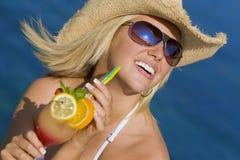 donna bevente del mare del bello cocktail biondo Fotografie Stock Libere da Diritti