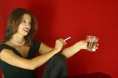 Donna bevente sociale Fotografia Stock Libera da Diritti