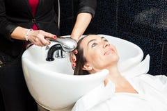 Donna bianca che ottiene un lavaggio dei capelli in un salone di bellezza Fotografia Stock Libera da Diritti