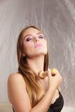 Donna in biancheria che applica polvere sciolta con la spazzola Fotografia Stock Libera da Diritti