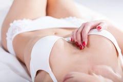 Donna in biancheria intima bianca che tenta Fotografie Stock Libere da Diritti