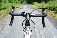 donna biking del mountainbike della foresta del primo piano Immagini Stock Libere da Diritti