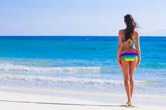 Donna in bikini al mare immagini stock libere da diritti