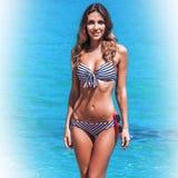 Donna in bikini alla spiaggia fotografie stock