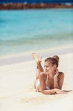 Donna in bikini alla spiaggia tropicale fotografie stock libere da diritti