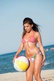 Donna in bikini che joying con il beach ball variopinto Fotografia Stock Libera da Diritti