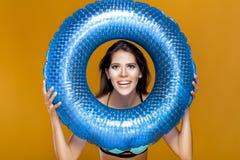 Donna in bikini con l'anello di gomma fotografia stock