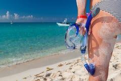 Donna in bikini con la mascherina navigante usando una presa d'aria fotografia stock libera da diritti